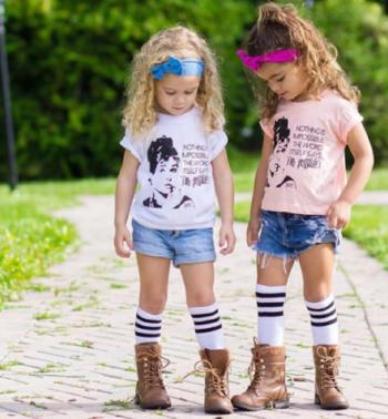 Как правильно сочетать цвета в одежде девочки