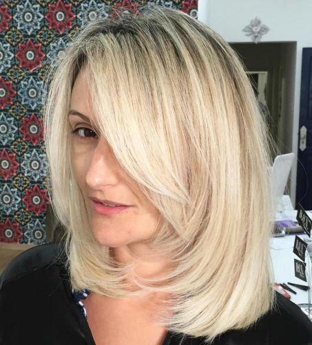 блондинка длинная челка