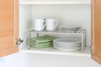 идея для маленькой кухни: полочка в шкаф