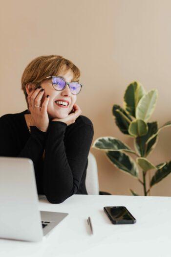 офисный лук на каждый день очки
